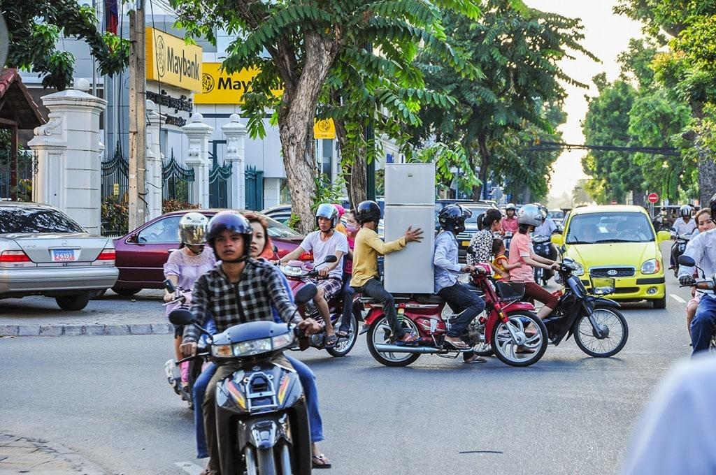 Un réfrigérateur dans la circulation de Phnom Penh