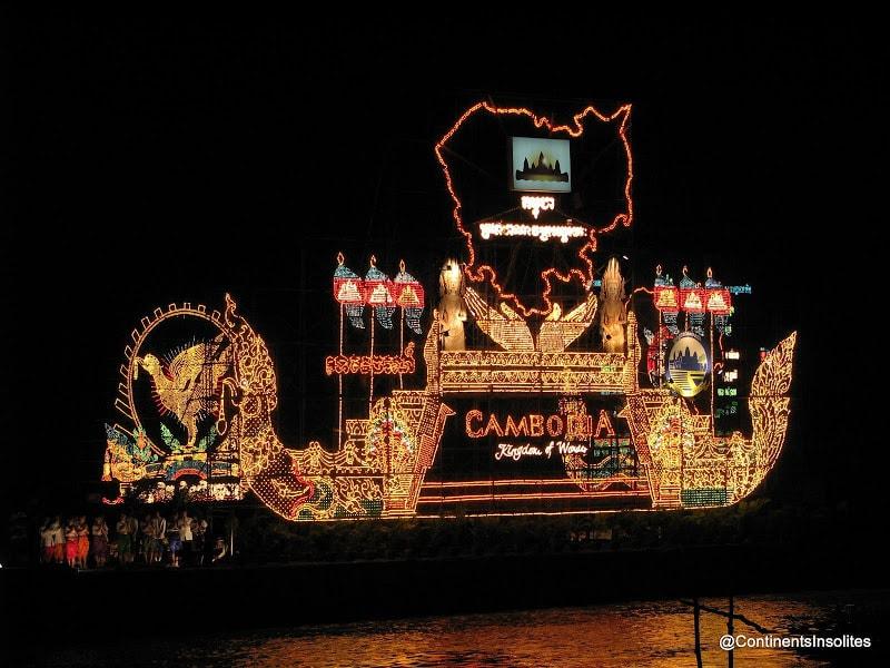 barque-illuminée-fête-des-eaux-cambodge