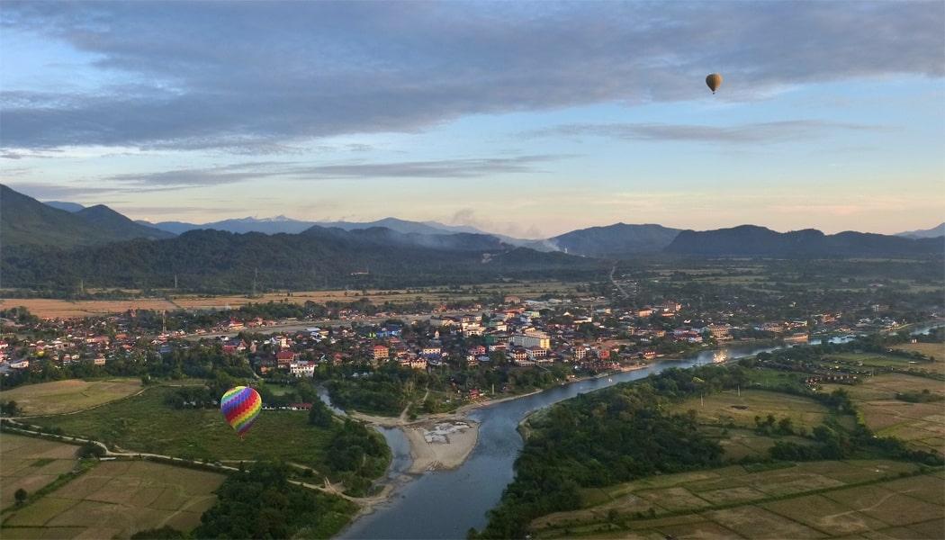 Vue de Vang Vieng en montgolfière