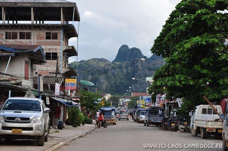 Une rue à Vang Vieng