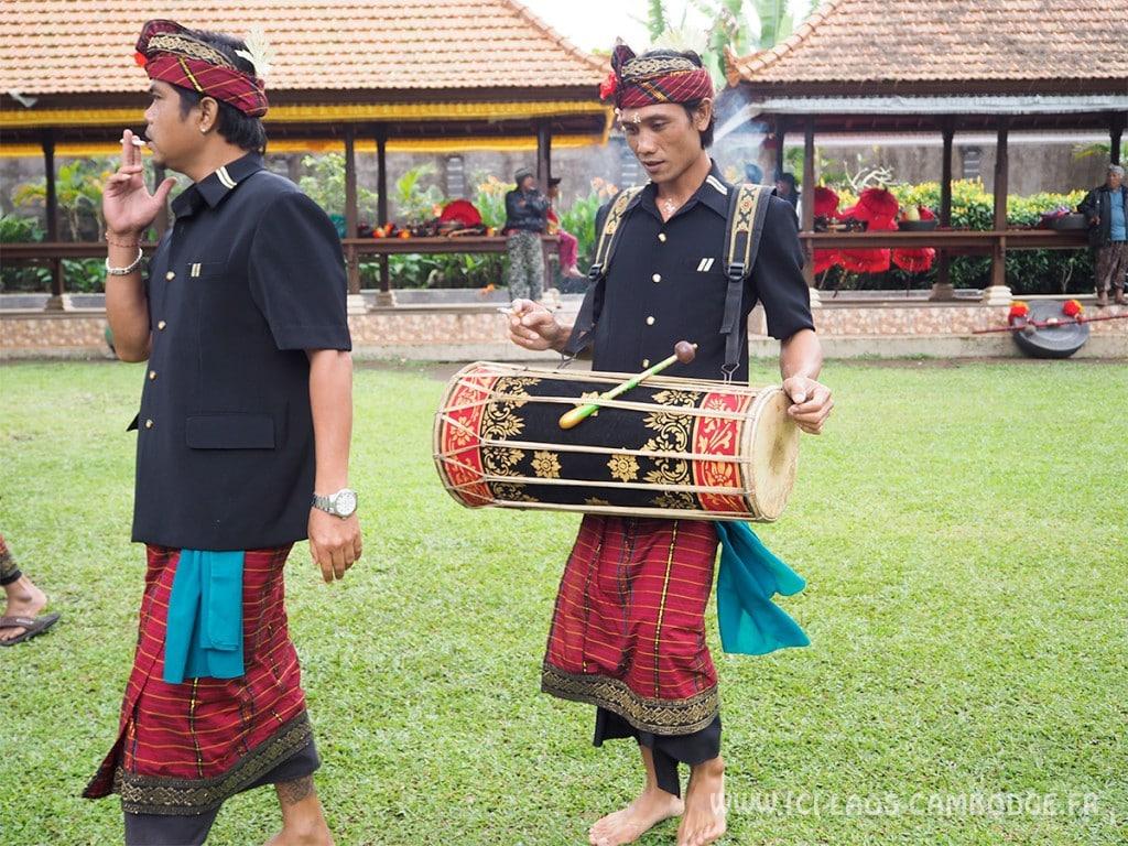Visiter l'Indonésie - Balinais allant à la cérémonie