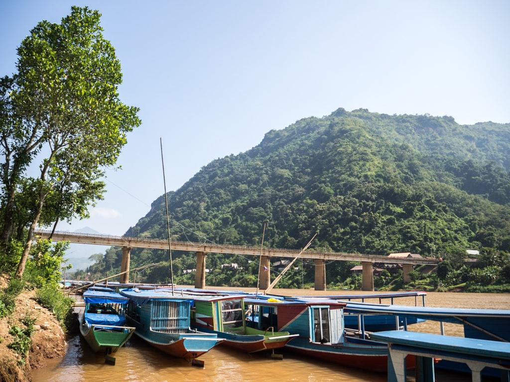 Embarcadère vue sur le pont de Nong Khiaw