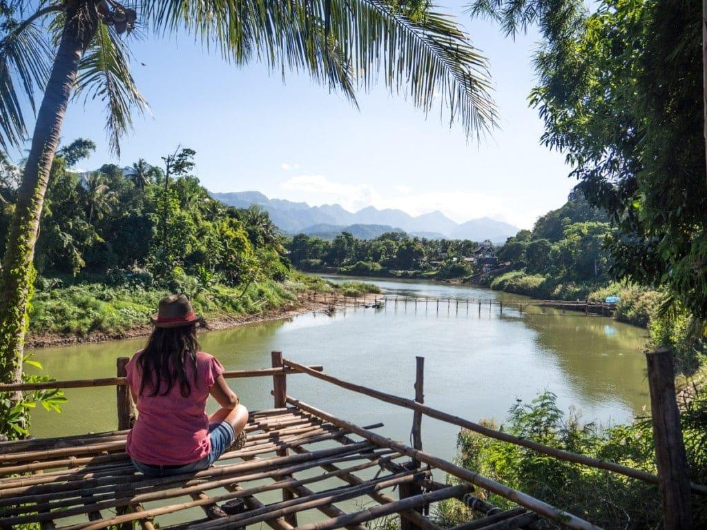 Moi en train de regarder au loin le pont de Bamboo sur la Nam Khan
