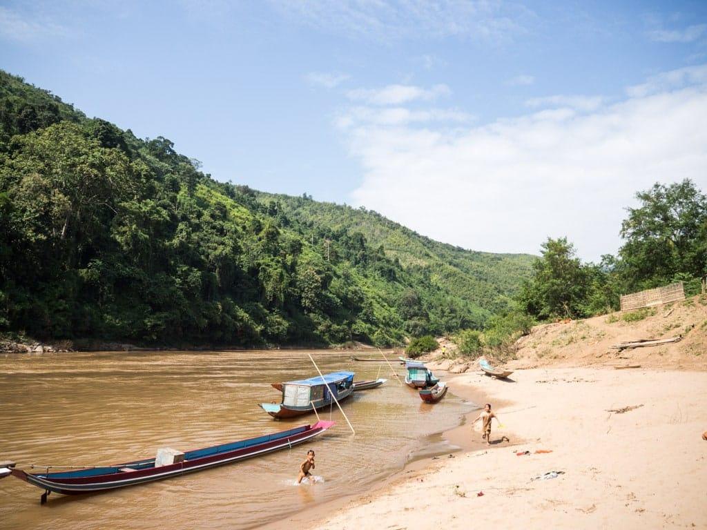 Arrêt à un village au bord de la Nam Ou