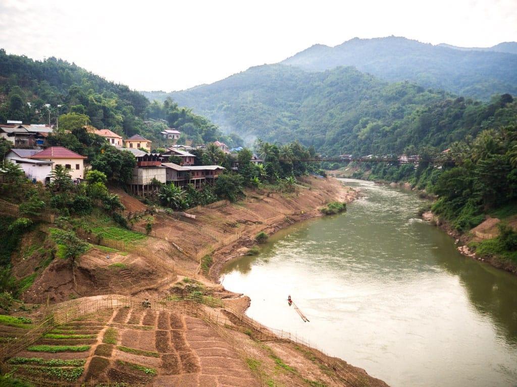 Cultures Muang Khua et vue sur la passerelle