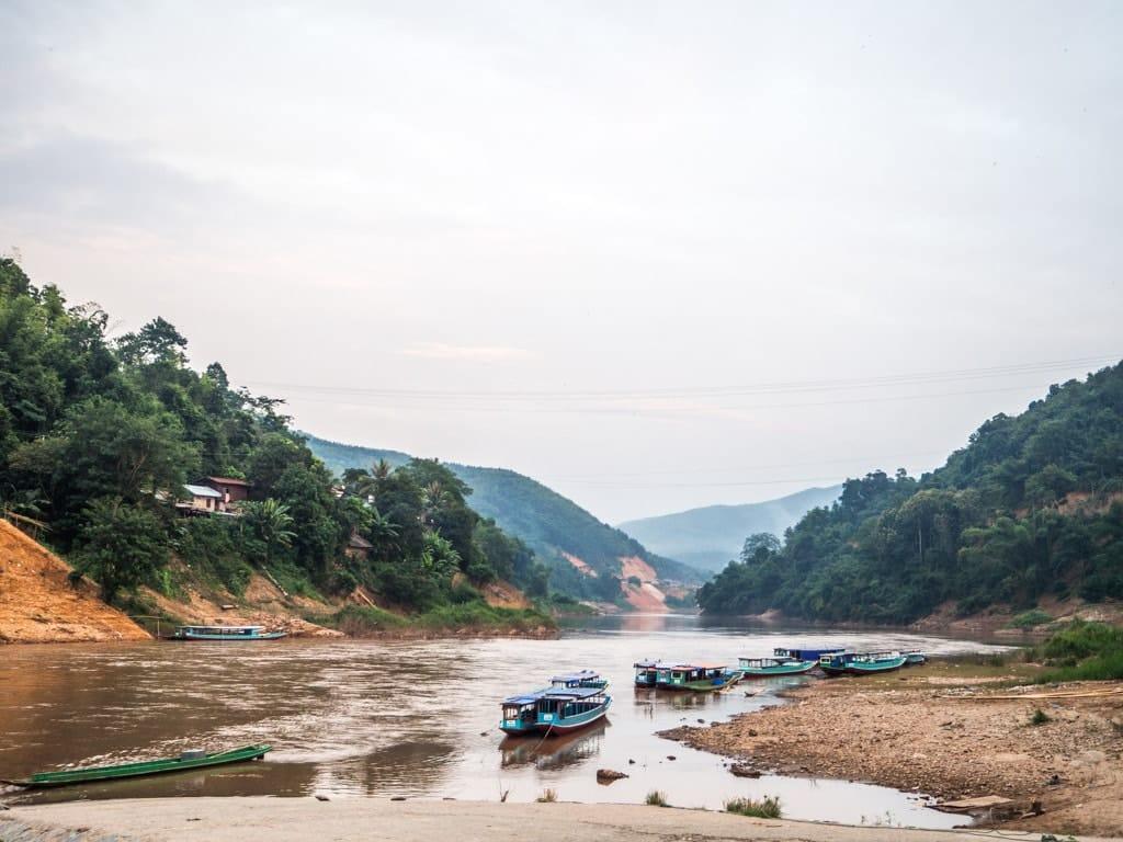 Vue depuis l'embarcadère de Muang Khua
