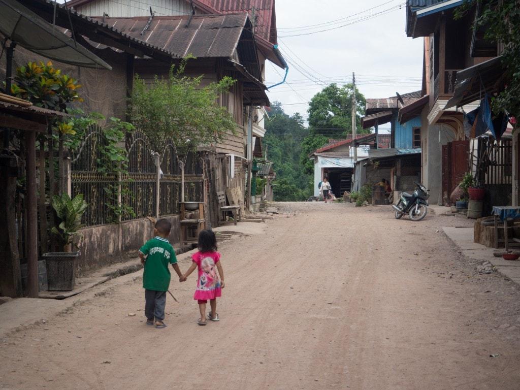 Enfants à Pakbeng