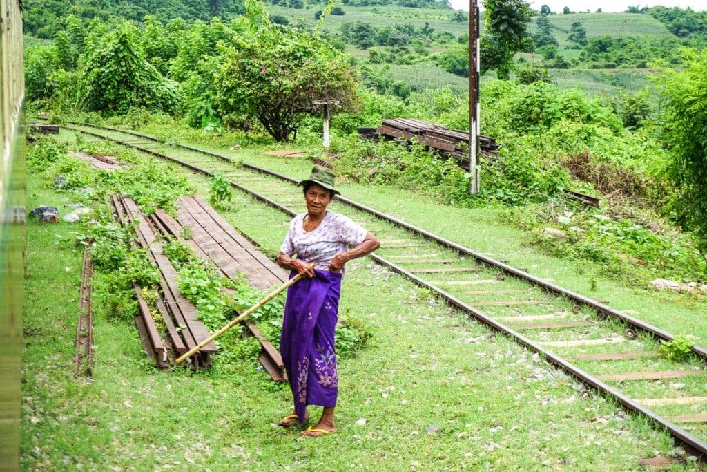 Itinéraire Birmanie 3 semaines : arrêt de train Birmanie