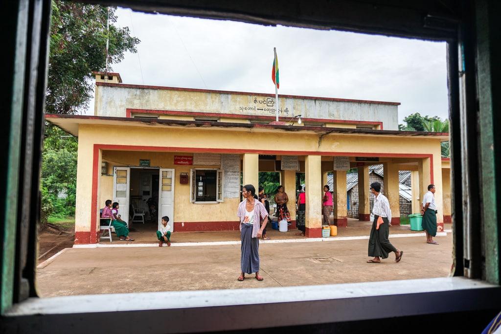 Des birmans à la gare