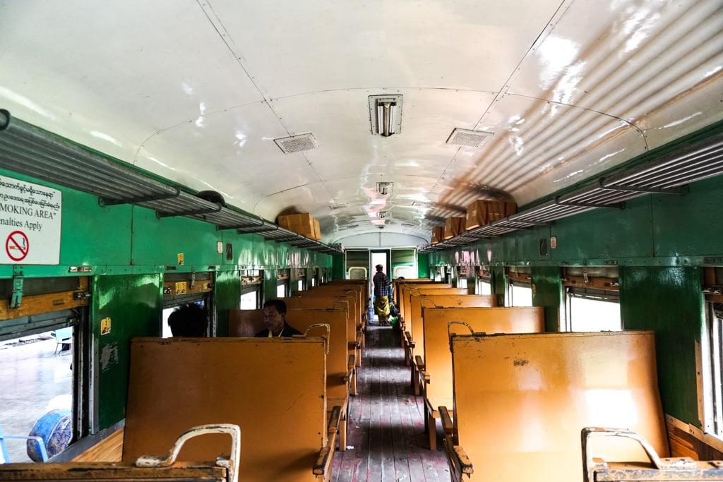 Classe ordinaire en train avec sièges en bois