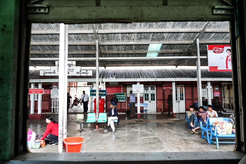 Une gare en Birmanie