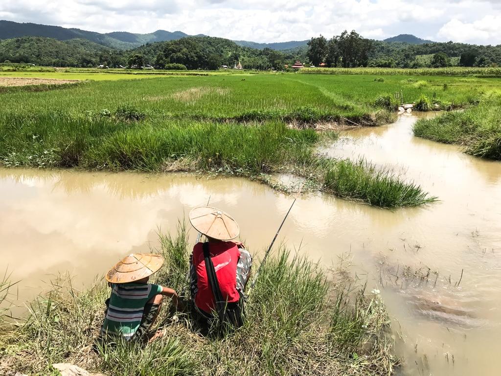 Jeunes Shan à la pêche