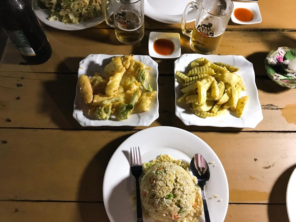 Repas au Riverview food lounge à Hsipaw