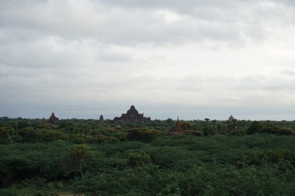 Lever de soleil, ciel nuageux sur Bagan