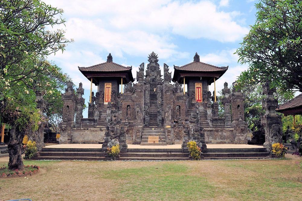Temple Meduwe Karang