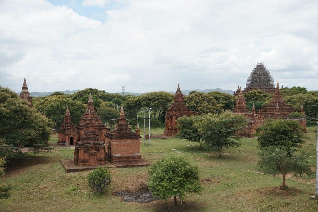 Vue de Bagan parmi les câbles électriques