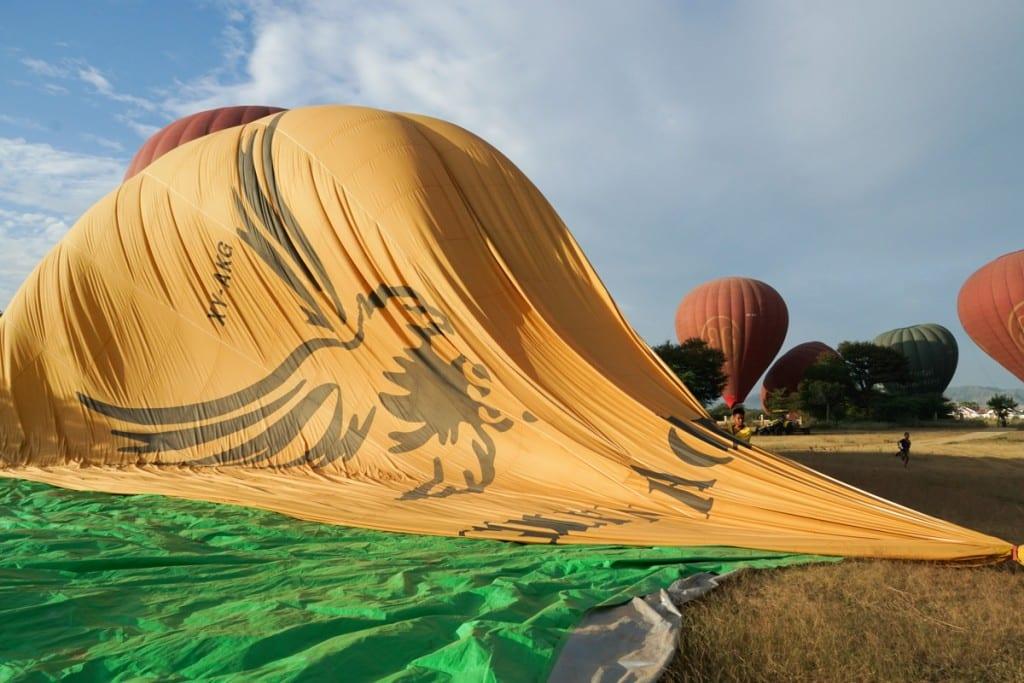 Atterrissage montgolfière à Bagan
