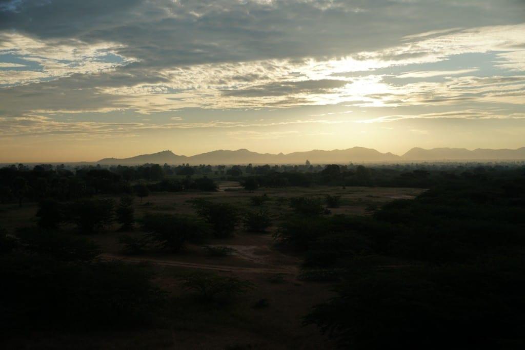Lever du soleil à Bagan en montgolfière
