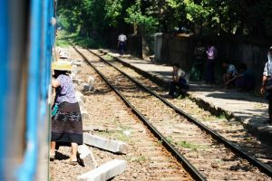 Dame train à Yangon