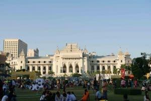 Hôtel de ville à Yangon avec au premier plan le parc Maha Bandula