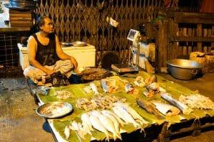 Marchand de poisson à Yangon