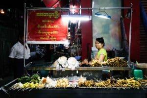 Vendeuse de brochettes à Yangon