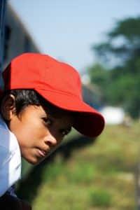 Petit garçon au train de Yangon