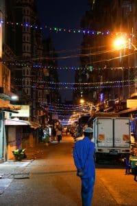 Rue éclairée à Yangon