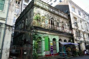 Très vieille façade de bâtiment à Yangon