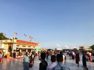 Fin de journée à la pagode Kyaiktiyo