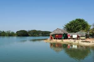 Maison au bord du lac à la pagode Kyauk Ka Latt