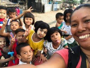 Les enfants et moi à proximité de Ye