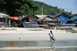 Adolescente sur la plage au village San Hlan - Dawei