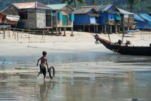 Garçon jouant sur la plage au village San Hlan - Dawei